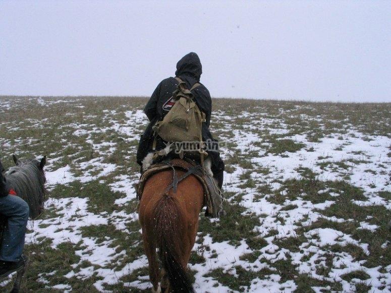 Haciendo una excursion por terreno nevado