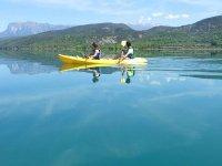 Disfrutando de las calmadas agua en canoa