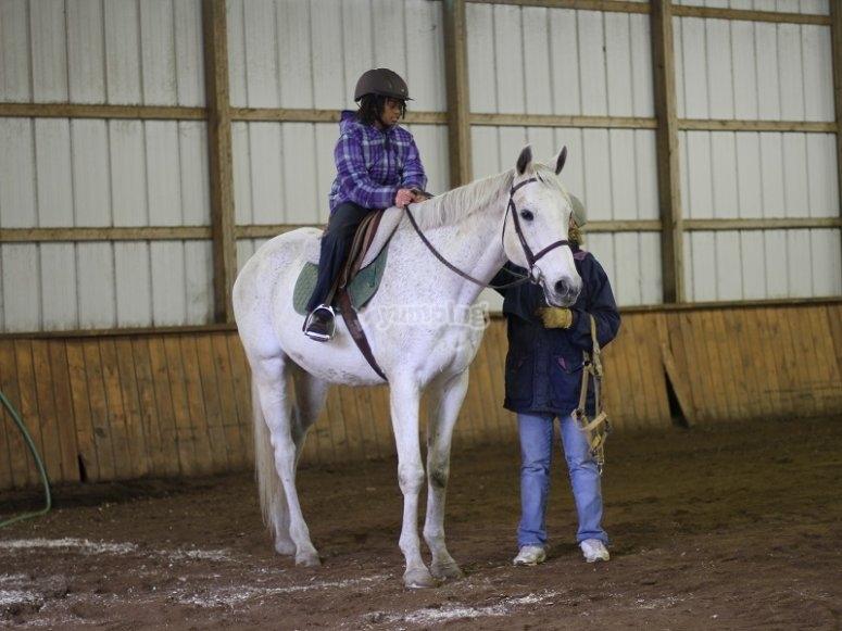 Montando a caballo junto al instructor