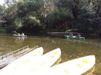Canoas en el muelle