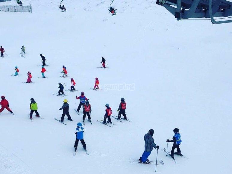 Ninos esquiando en Valdesqui