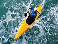 hombre con un casco navegando en piragua