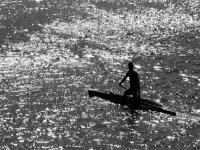 hombre entre las sombras navegando en piragua