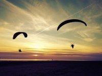 两个人享受着夕阳飞行