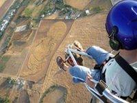 人飞动力伞飞行,同时执行