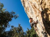 Un grimpeur s'accrochant au rocher