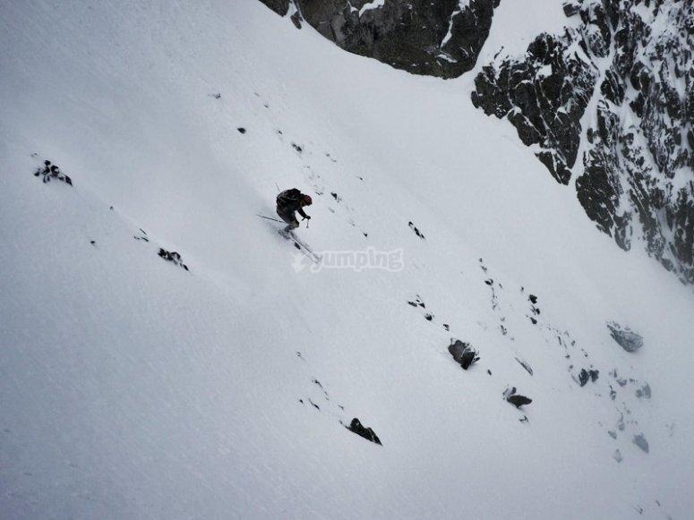 Bajando por pista de esqui