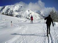 dos hombres de excursion con raquetas de nieve