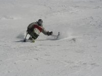hombre deslizandose por la nieve