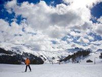 hombre parado en medio de la nieve