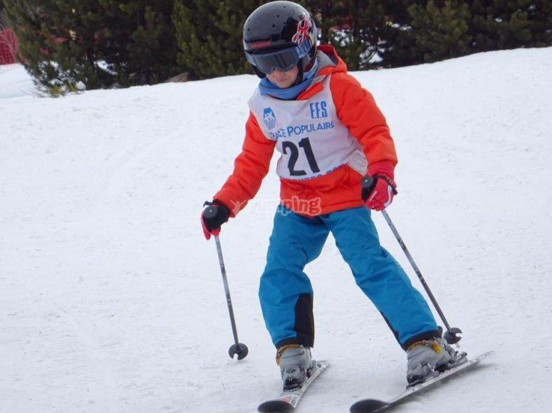 Joven esquiador en la nieve