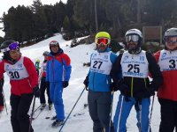 与朋友一起在赫罗纳滑雪