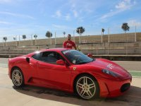 Deseando ponerse al volante del Ferrari