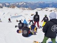 个性化教学车手雪搁在雪山滑雪
