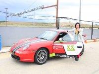 A punto de sentarse en el Porsche