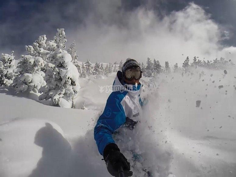 骑手在雪地里打滑