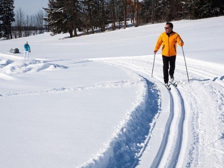 在平坦的地形上滑雪