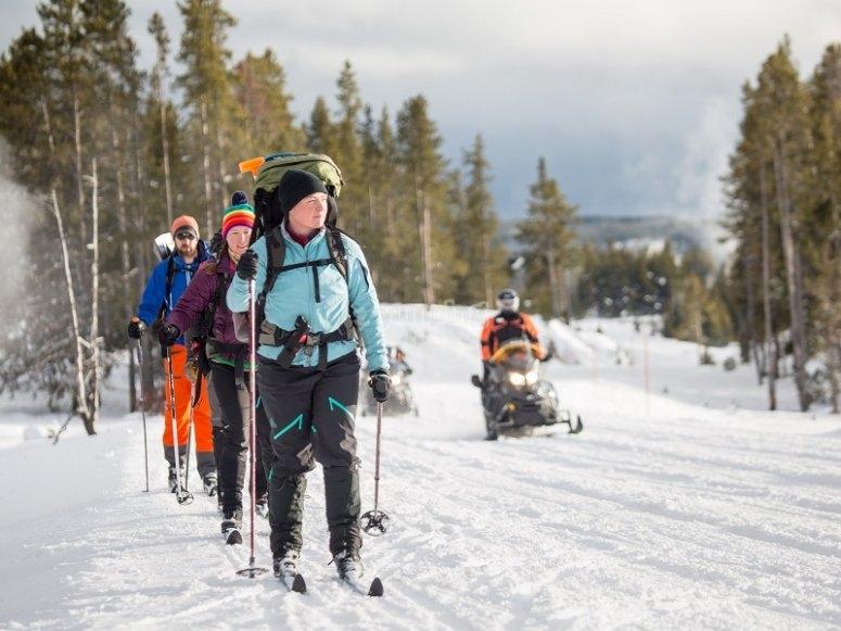 Gruppo praticare sci di fondo