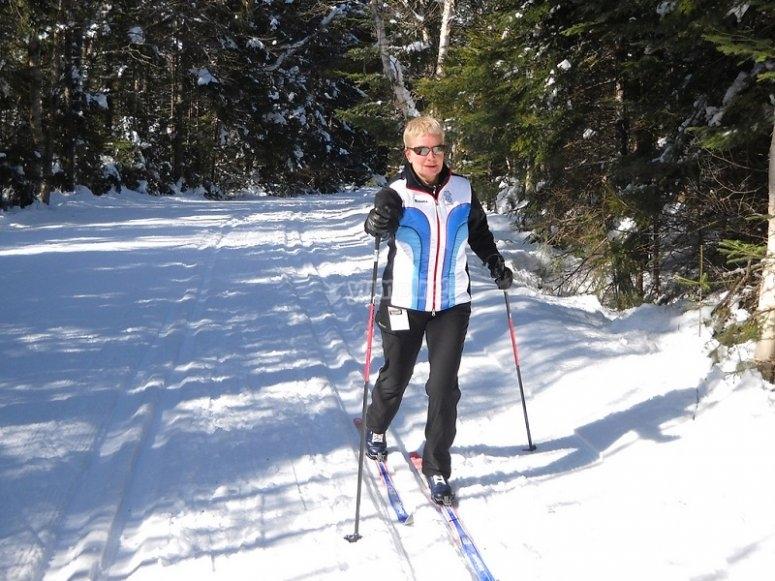 越野滑雪在雪中漫步