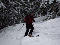 用雪橇推进山峰