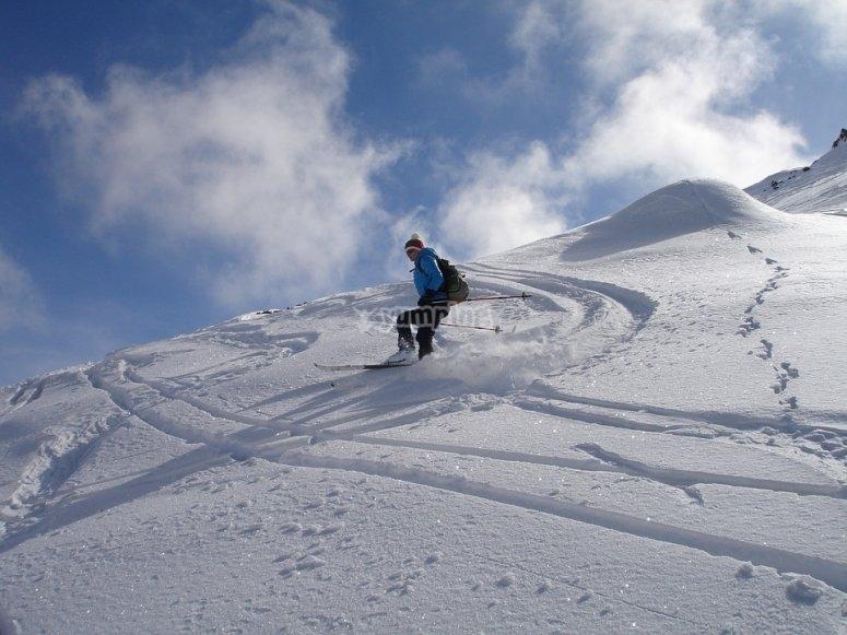 Terreno ondulato per sciare sullo sfondo