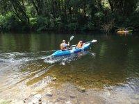 乘坐独木舟旅行在庞特维德拉