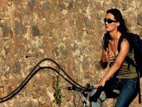 人骑着车轮离地骑自行车