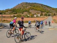 对他们的自行车骑自行车的几个路口
