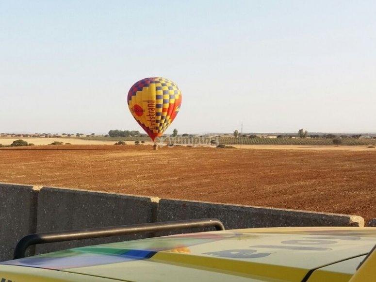 Despegando el globo sobre el campo