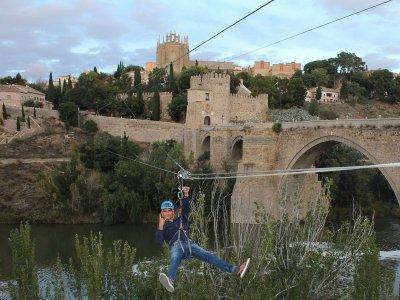 Salto en tirolina urbana en Toledo sobre el Tajo