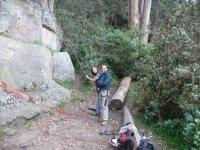 dos hombres sujetando una cuerda para escalar