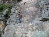 hombre escalando por una pared vertical