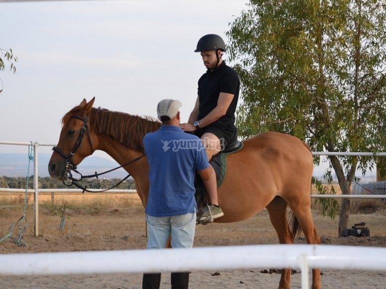 Acomodandose en el caballo