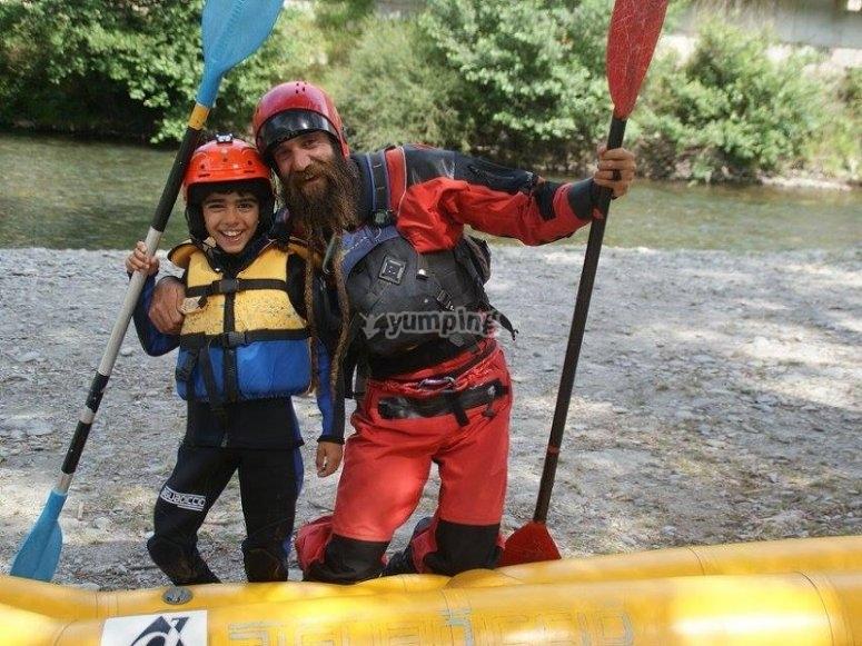 Peque con el instructor de rafting