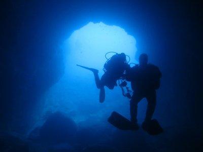 在LaAzohía潜水专业与干式西装