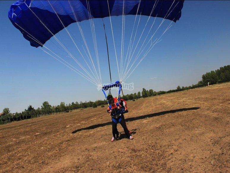 Paracaidistas con los pies de vuelta a tierra