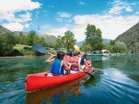 独木舟乘坐托拉萨水库为学校