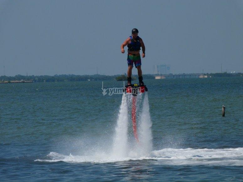 Manteniendo el equilibrio en el flyboard