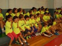Sentados en las gradas de baloncesto