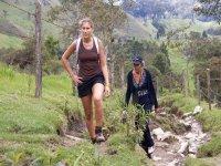 两名妇女走在石板路