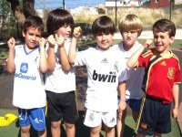 Chiquitines con camisetas de sus equipos