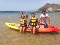 Sentadas en la canoa en el Atlantico