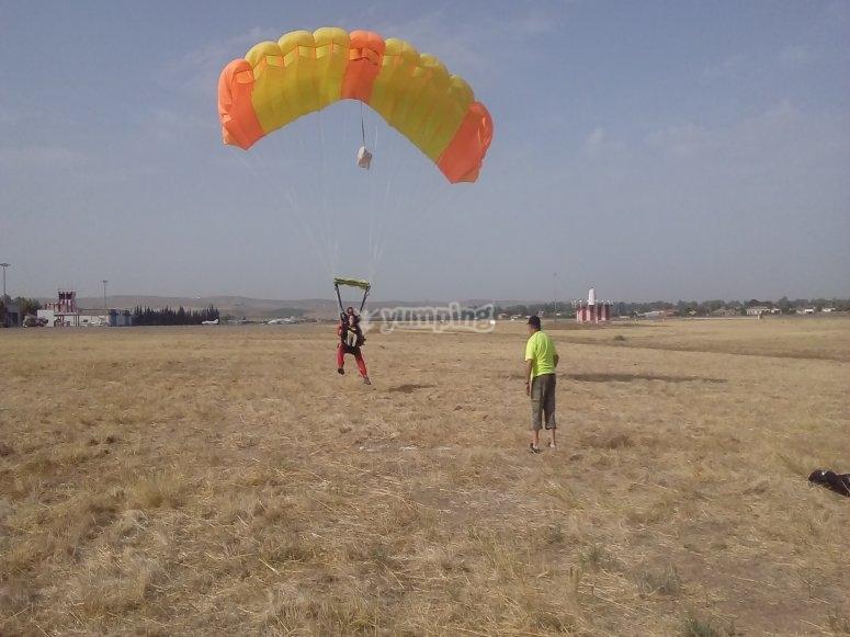 Tomando suelo firme con el paracaidas
