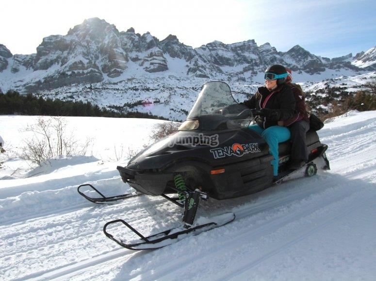 在帕塔卡瓦驾驶雪地车