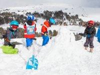Todos colaborando en la nieve