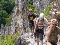 cuatro personas caminando por una montana