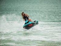 Joven acelerando en la moto náutica