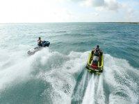 Amigos en las motos náuticas