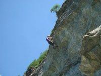 mujer subiendo por unos escalones de metales en una montana