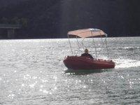 Recorriendo el Embalse de la Baells en barca